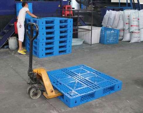 Đơn vị sản xuất pallet nhựa giá rẻ, an toàn Pallet-nhua-gia-re-su-dung-voi-xe-nang-tay