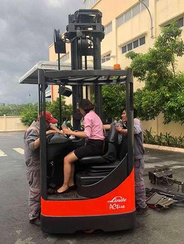 xe-nang-tam-cao-linde-reach-truck