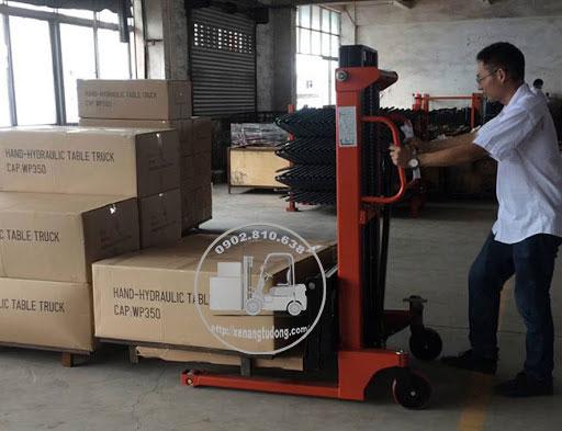 Xe nâng tay cao dùng nâng hạ và xếp chồng hàng hóa